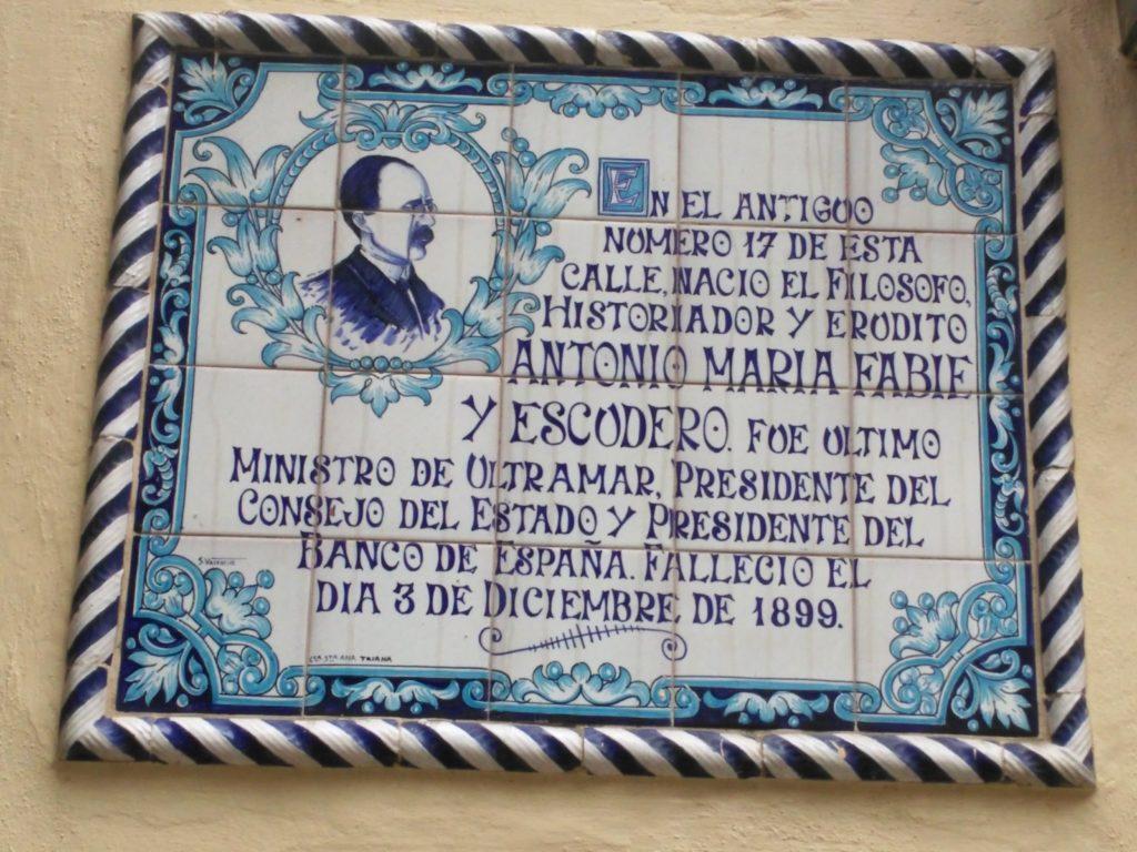 Placa de cerámica dedicada a Fabié en la calle San Jacinto. Foto JBG