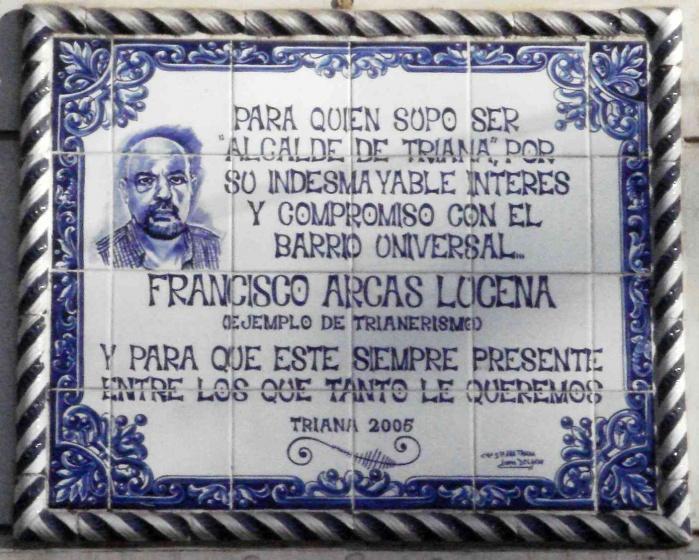 Placa de cerámica dedicada a Paco Arcas en la plaza del Altozano.
