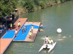Atletas acutlon prueba a nado