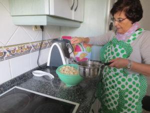 Humedecemos el pan con el agua caliente y sal