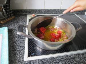 Freímos los ajos y el chorizo