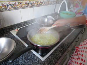 Freír un poco las cebollas y ajos