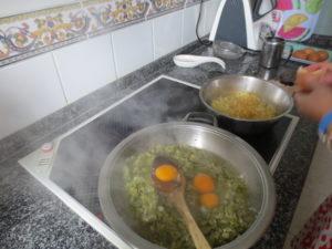 Añadir los huevos y revolverlos