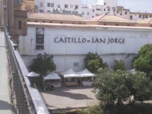 Desde el puente de Triana, ya se ve el Castillo de San Jorge. Foto JBG