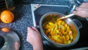 Agregamos las patatas y las rehogamos