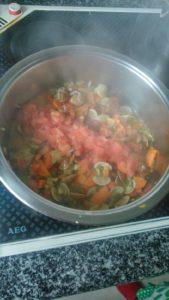 Una vez abiertas las almejas añadimos el tomate