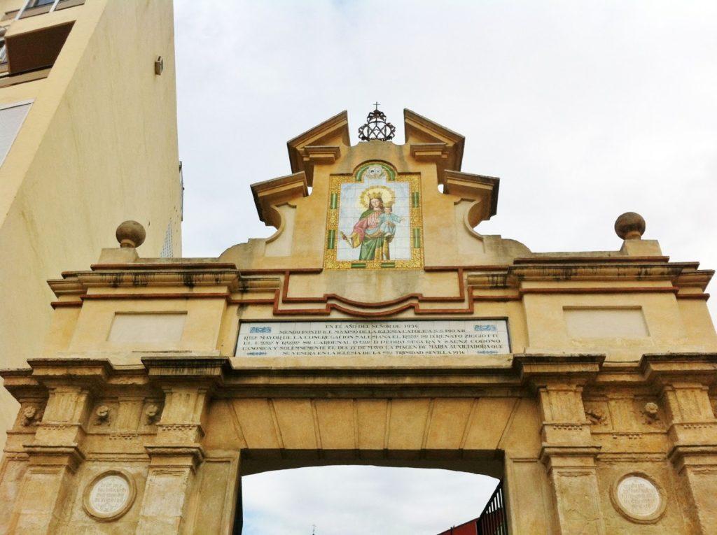 Arco de entrada a la Basílica de María Auxiliadora