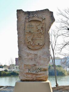Una piedra en la orilla del río.1