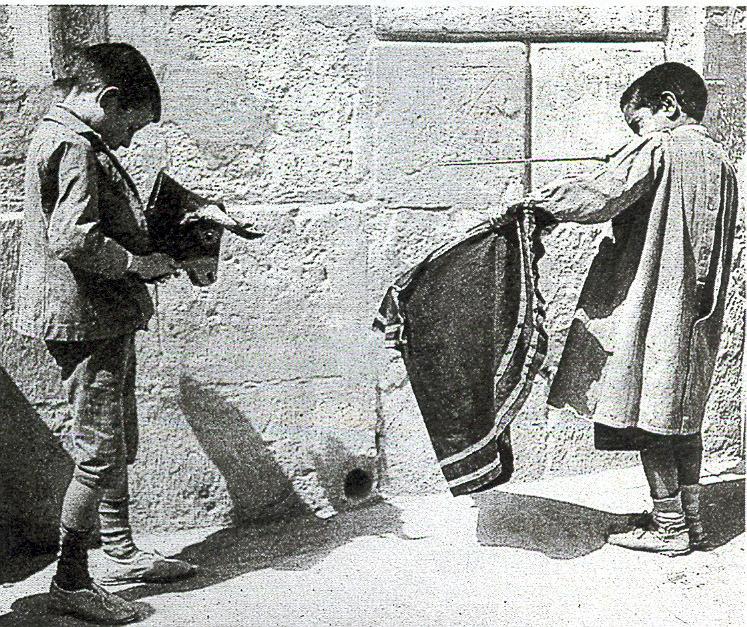 NIÑOS JUGANDO A LOS TOROS (2)