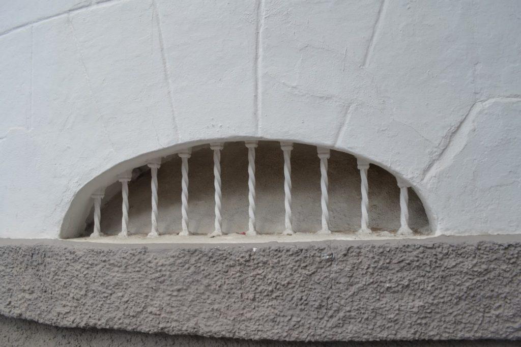 Rejas de ventilación sobre zócalo de revoco a la tirolesa