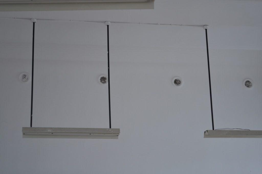 Rejillas de ventilación superiores. Se aprecia la gran altura de las aulas