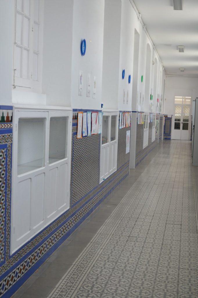 Corredores con vitrinas expositoras. Se puede apreciar las originales baldosas hidráulica