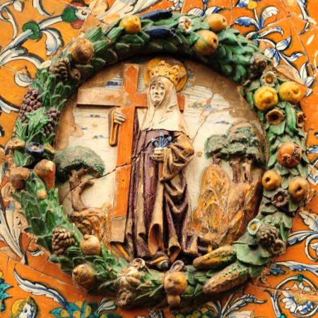 El tondo de Santa Elena, dispone de un fondo similar en composición y colores al de Santa Paula, si bien más deteriorado. En él la madre del emperador Constantino, se muestra con vestidura morada y toca y cabeza blancas, aparece coronada como corresponde a su dignidad de emperatriz y está también nimbada. Está abrazada a una cruz de color amarillo y en su mano izquierda porta tres clavos azules, todo ello en clara referencia a su papel como buscadora de las reliquias de Cristo y figura clave en la invención de la Cruz.